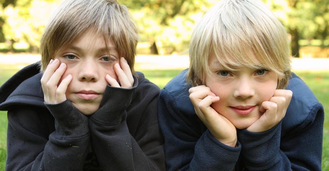 Twee broers kijken serieus in de camera