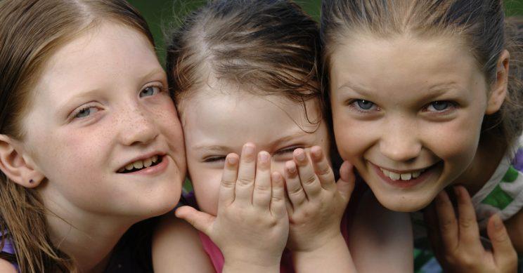 Meisjes lachend in de camera