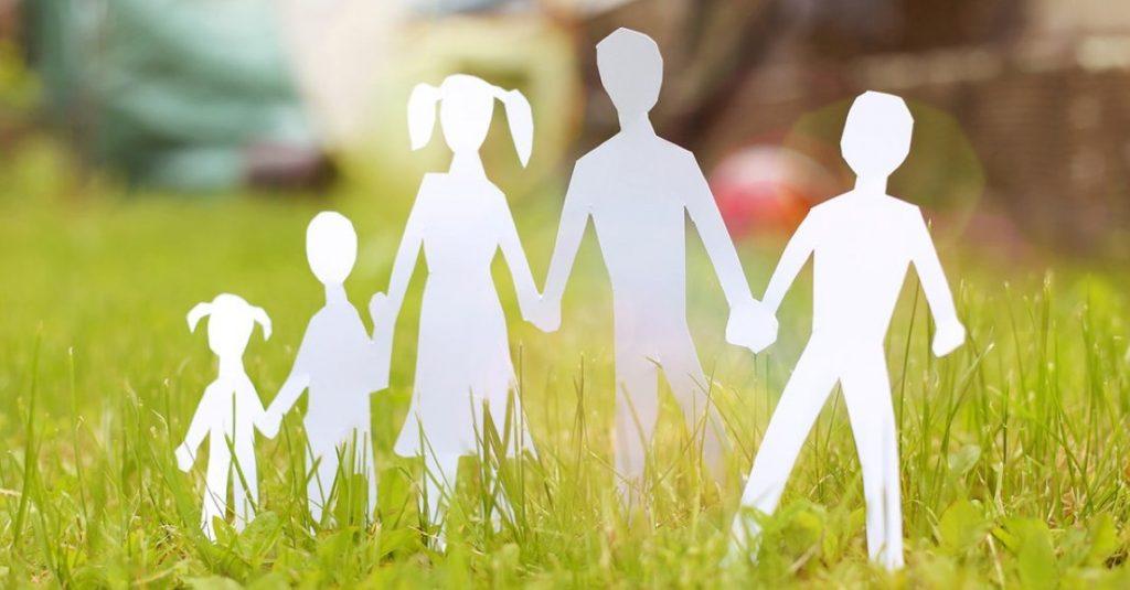Papieren profielen van een familie in het gras