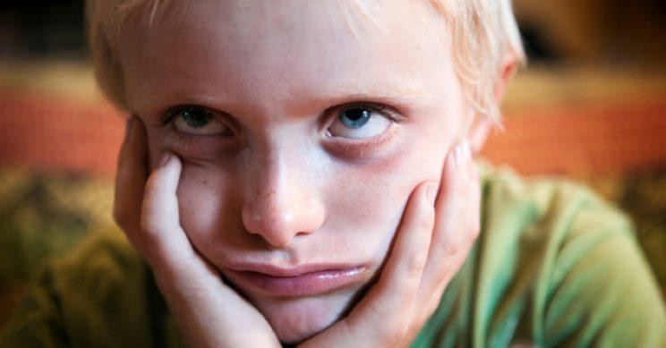 Jongen kijkt boos/verveeld