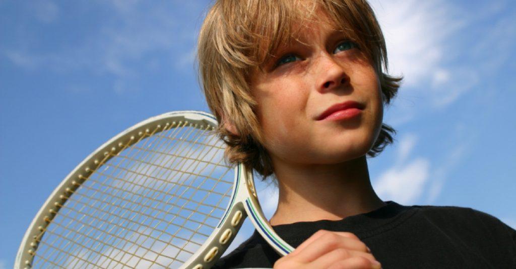 Jongen met tennisracket