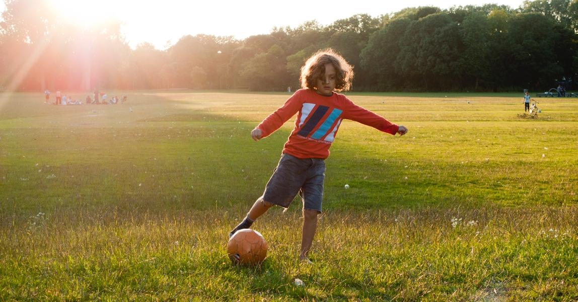 jongen-voetbalt