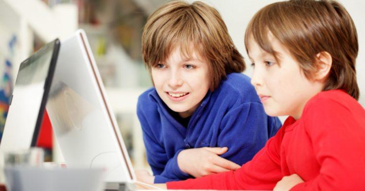 Jongens computeren samen