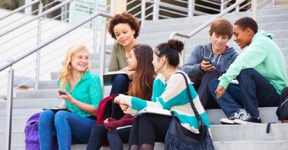 Jongeren op de trap voor een middelbare school