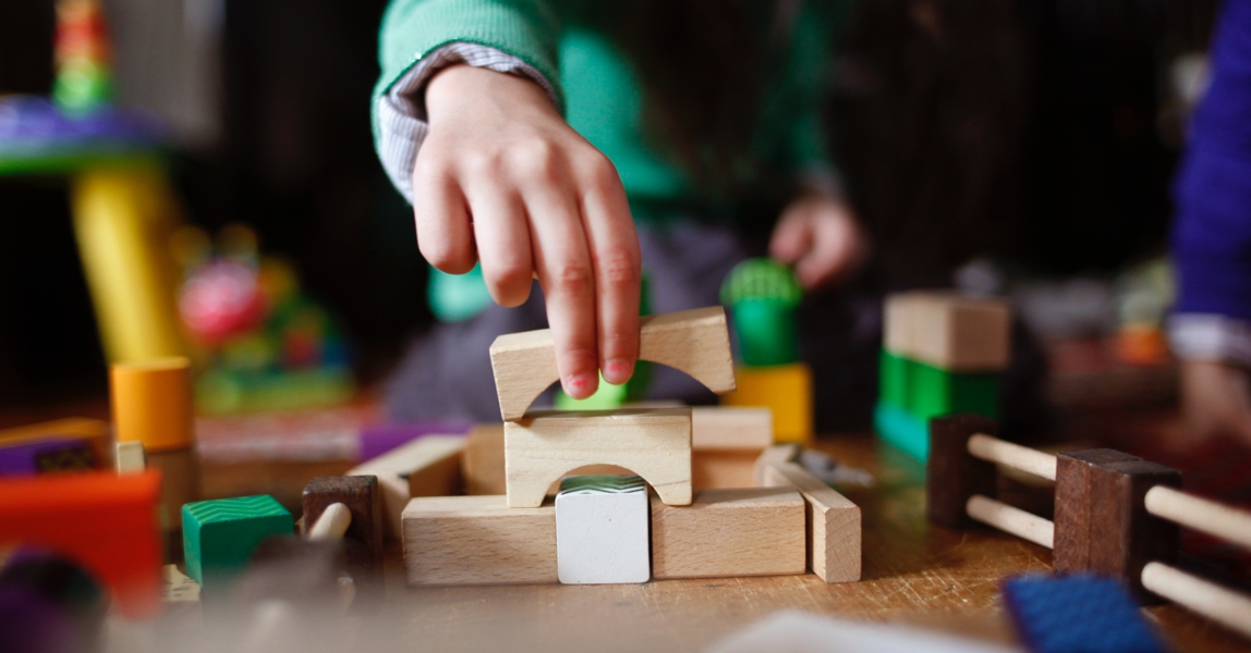 Kind bouwt brug met blokken