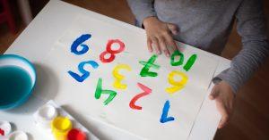 Kinderhandjes aan het vingerverven