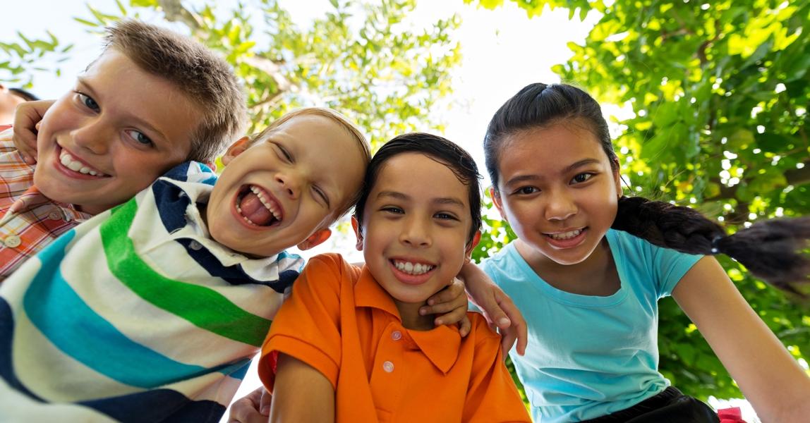 Blije kinderen in het bos