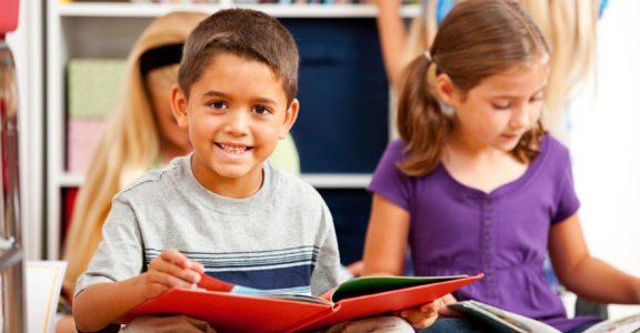 Kinderen lezend met boek op schoot