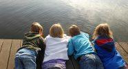 Kinderen op een steiger aan de waterkant