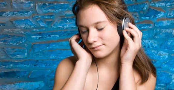 Meisje luistert muziek op koptelefoon