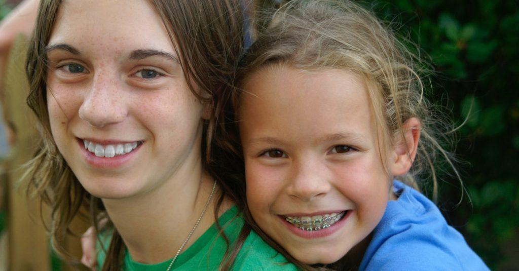 Meisje op de rug van oudere zus