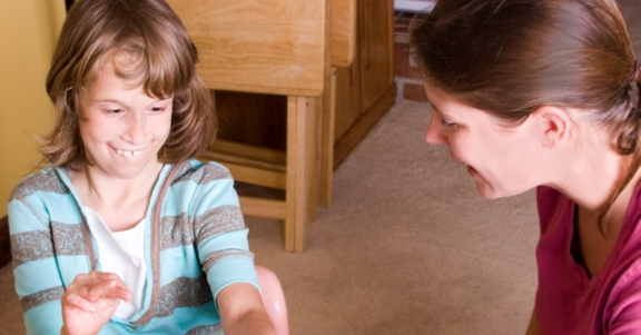 Meisje met LVB speelt met volwassene