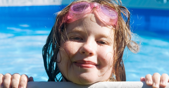 meisje zwemt met zwembril