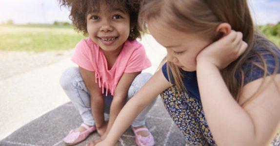 Meisjes krijten op straat