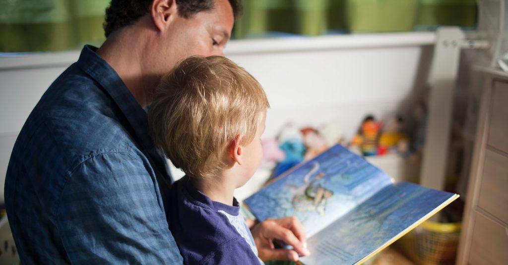 Vader leest voor aan zoon