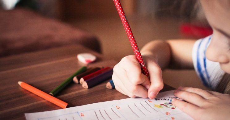 Meisje tekent op school