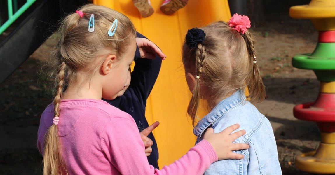 Meisjes spelen op het schoolplein