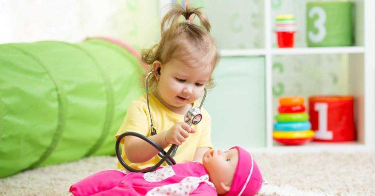 Peuter onderzoekt haar pop met een stethoscoop