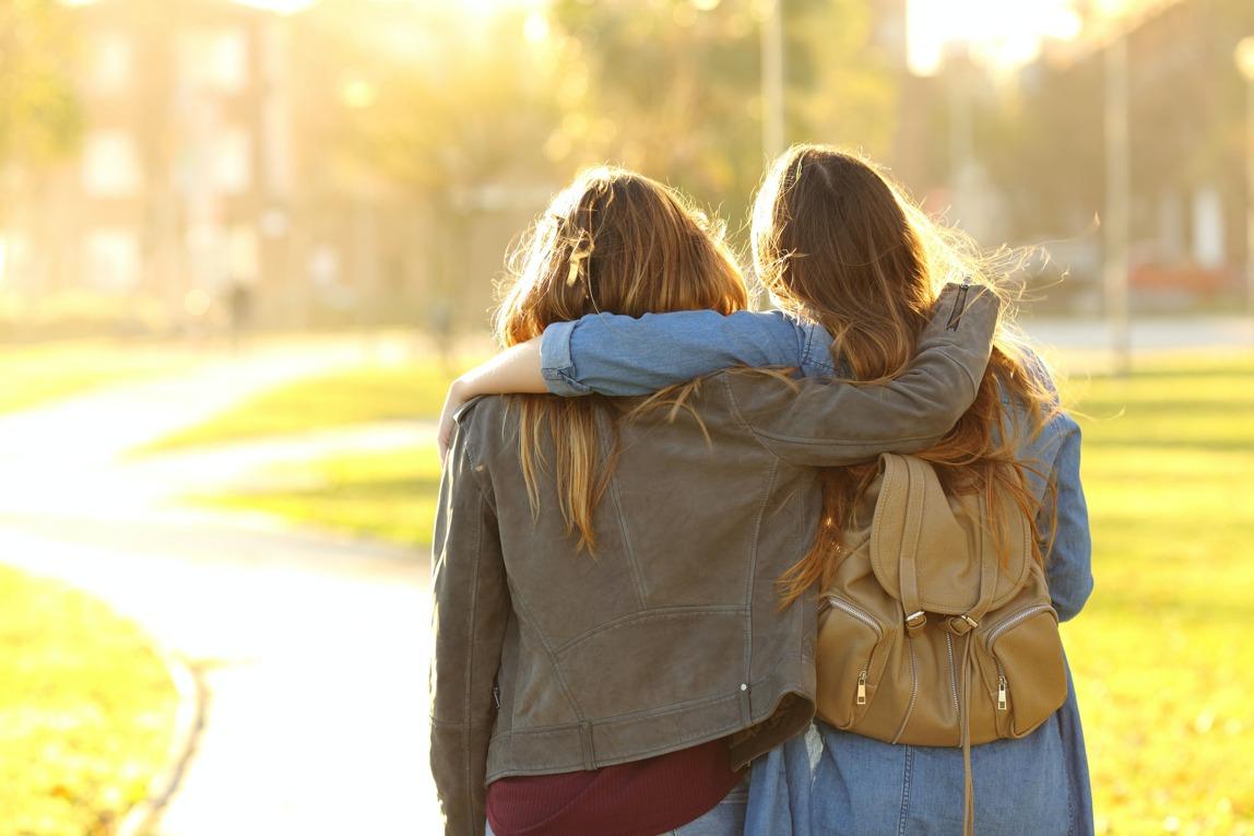 Jonge vrouwen lopen samen