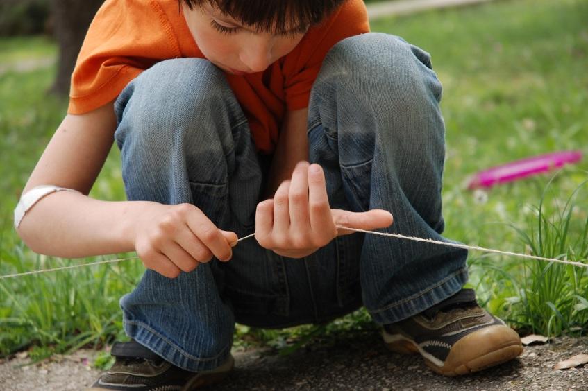 Jongen bestudeert touw