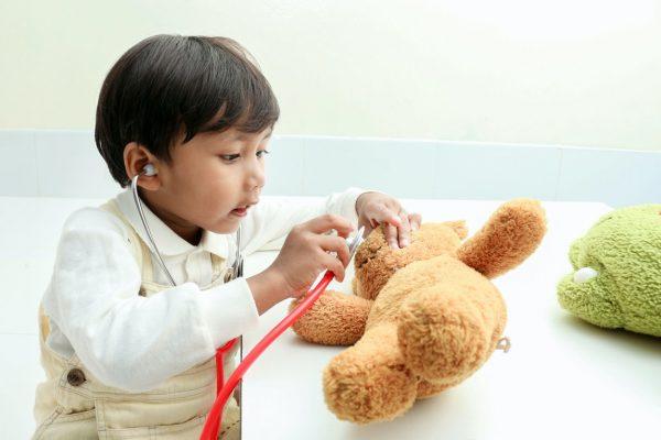 Jongen dokterspelen beter