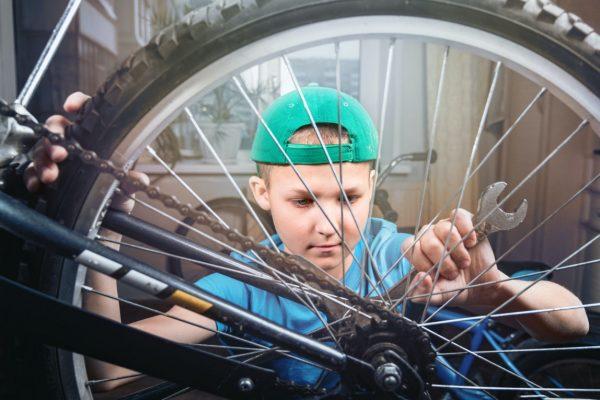 Jongen fiets repareren