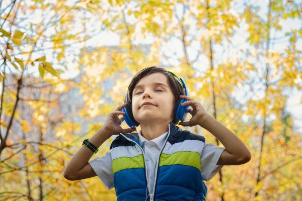 Jongen koptelefoon bos