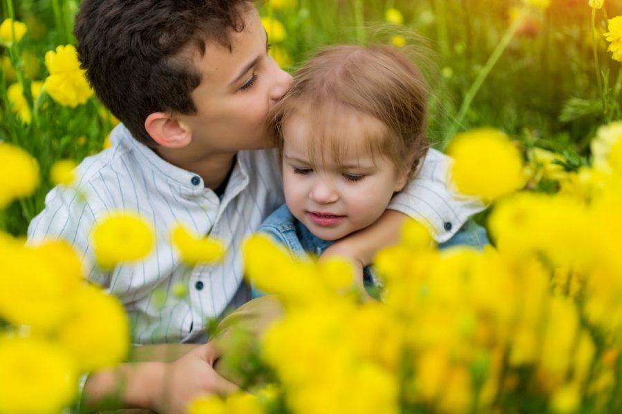Jongen meisje bloemenveld