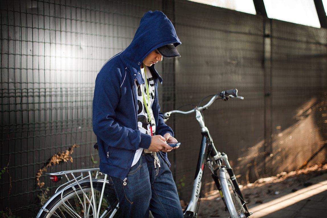 Jongen mobiel fiets