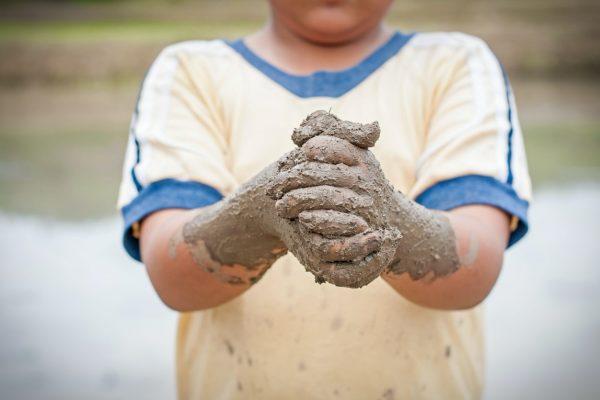 Jongen modderhanden