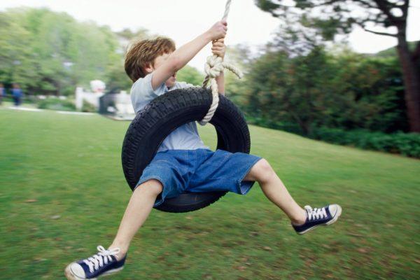 Jongen zwaaien autoband