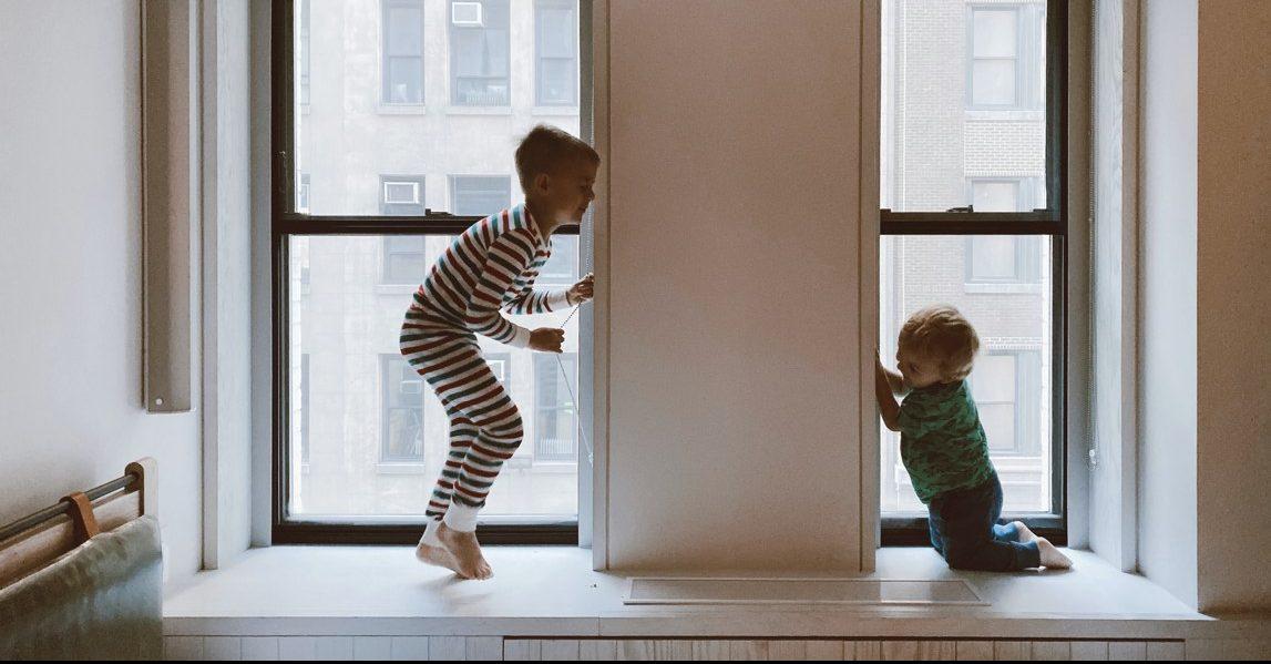 Kinderen spelen slaapkamer vensterbank