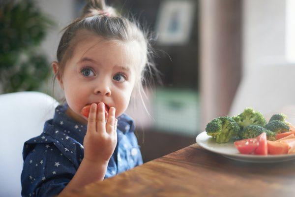 Meisje groente eten
