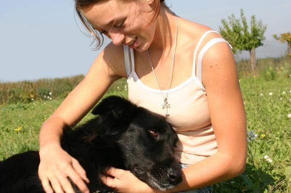 Meisje hond knuffelen