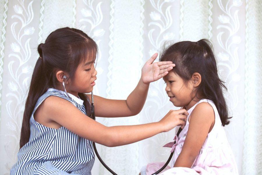 Meisjes dokterspelen