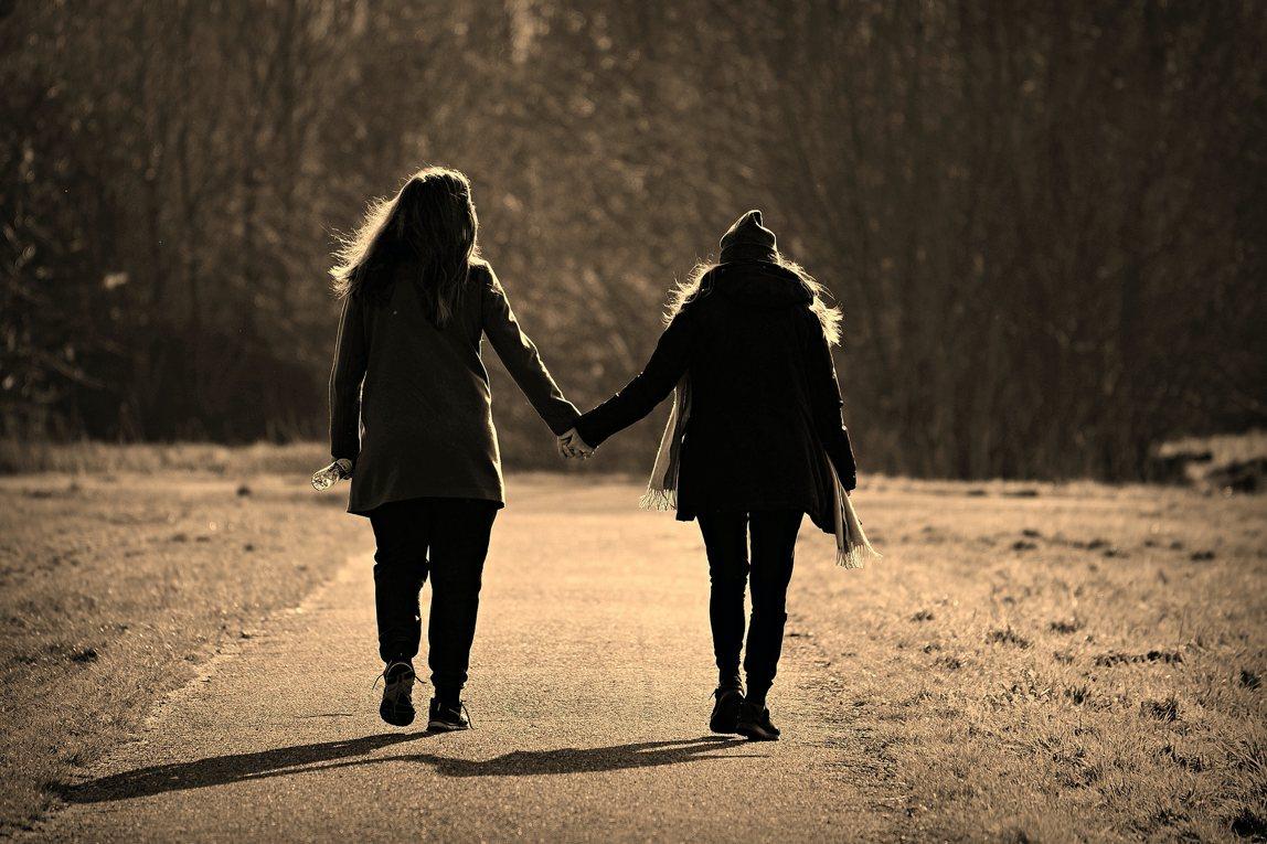 Meisjes hand in hand
