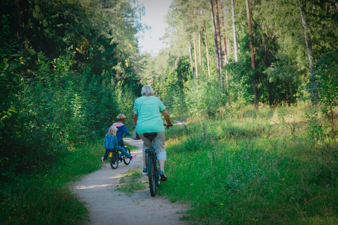 Oma kinderen fietsen bos