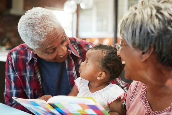 Opa oma meisje voorlezen