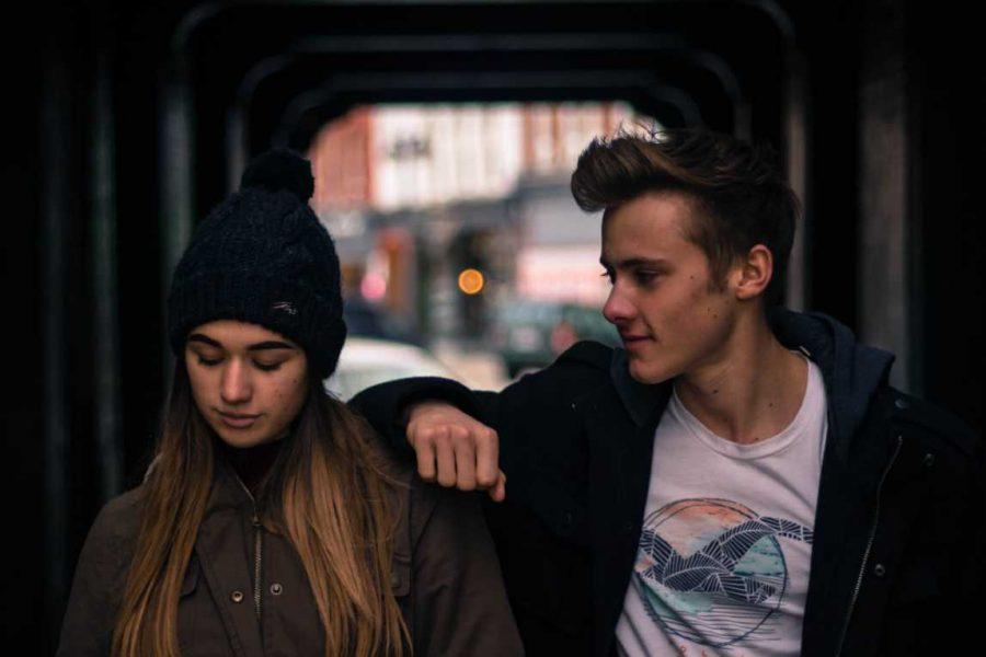 Jongen en meisje in de stad