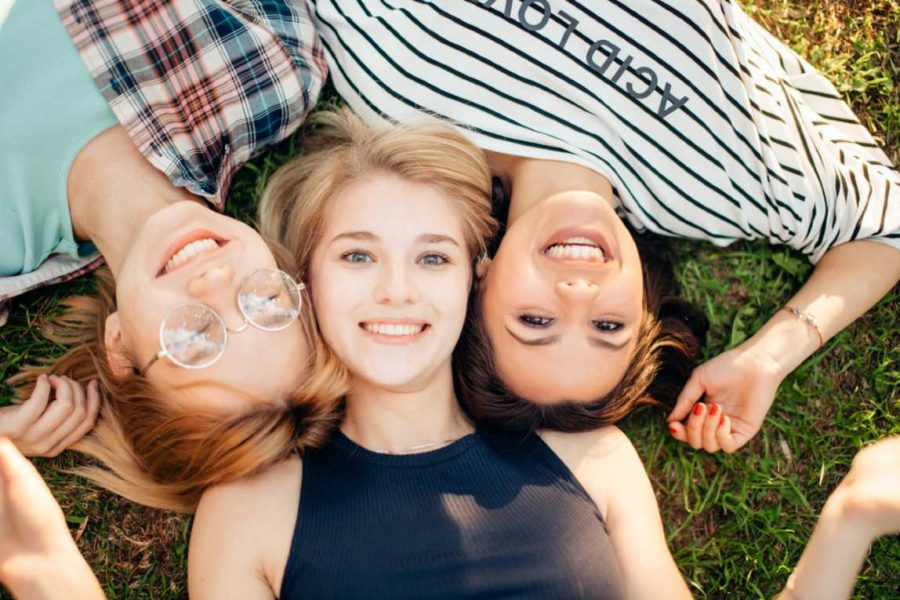 Meisjes Liggend Gras (1)