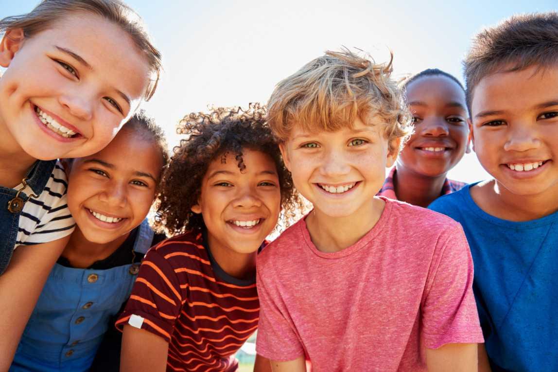 Groep vrolijke kinderen in de zon