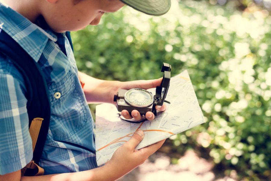 Jongen zoekt de weg met kompas