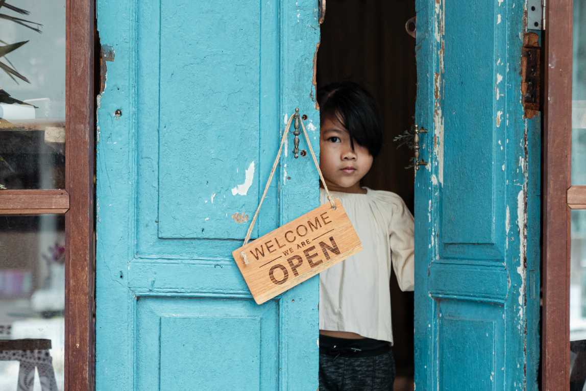 Meisje staat in deuropening