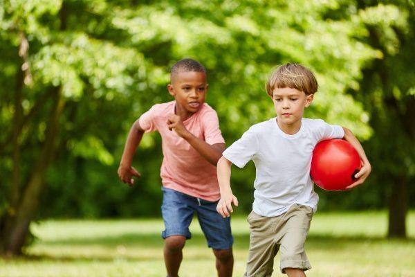 Jongens Rennen met rode bal