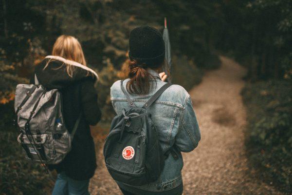 Meisjes wandelen rugzak