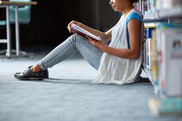 Jonge Vrouw Studeert Web