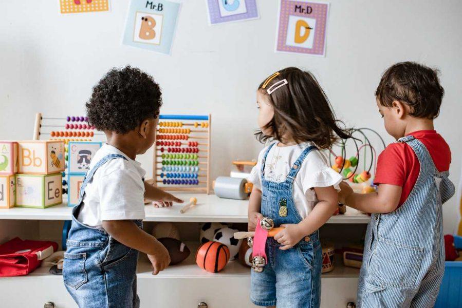 Jonge kinderen spelen samen