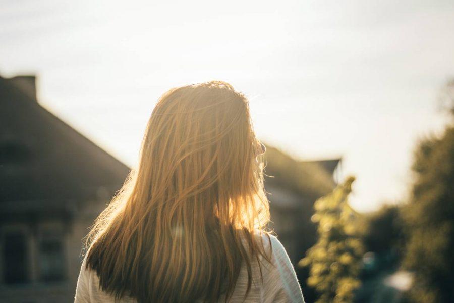 Zijaanzicht van jonge vrouw met lang blond haar